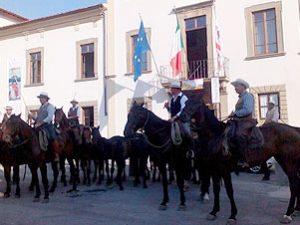 A cavallo per le vie del borgo